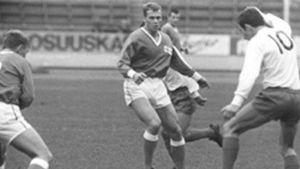 Suomen maajoukkueen pelaajia kentällä pelaamassa