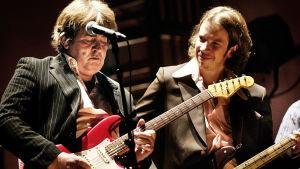 Mick Taylor spelar gitarr, Robban Hagnäs spelar bas.
