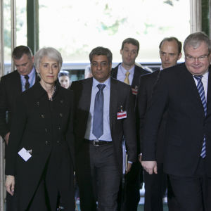 Wendy Sherman och fem män. (Wendy Sherman, U.S. Under Secretary of State for Political Affairs, arrived at the United Nations Office at Geneva on Wednesday, June 5, 2013 for talks on Syria.)