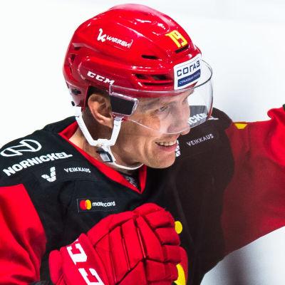 Veli-Matti Savinainen firar i Jokerit.