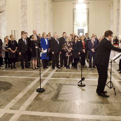 kuoro laulaa , edustajat kuuntelevat