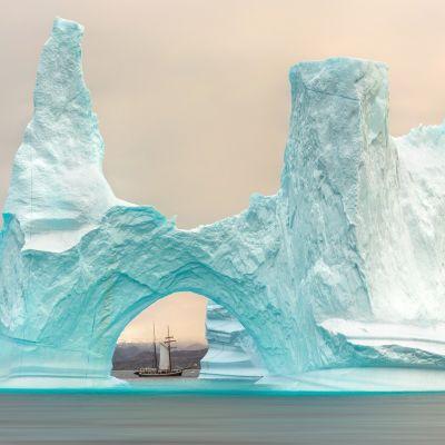 Jäävuori ja kalastuslaiva Grönlannissa.