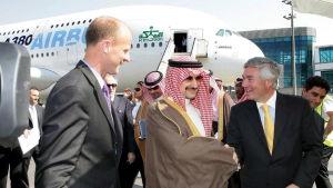 """Prins Alwaleed bin Talal hör till världens rikaste män. Här har han nyss köpt Airbus """"Flygande palats""""  A380"""