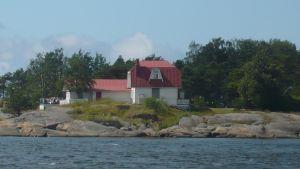 Fyra vindarnas hus i Hangö, en gammal byggnad på stranden.