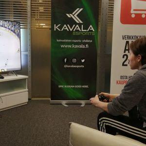E-urheilija pelaa konsolipeliä.