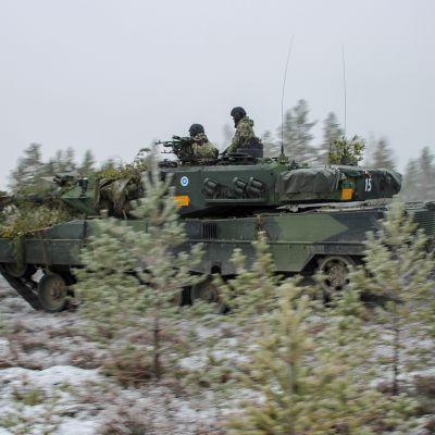 Panssariprikaatin Leopard 2A6 -vaunut harjoituksissa Niinisalossa.