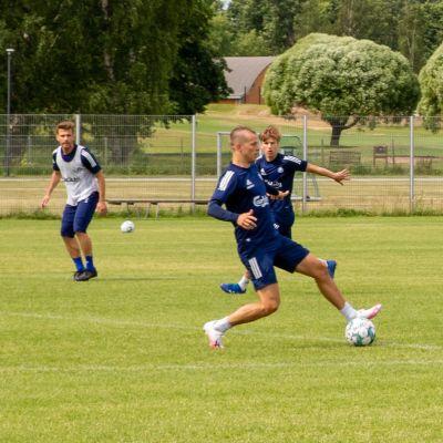 HJK:n pelaajat harjoittelevat Talin jalkapallokentällä.