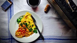 Omeletti lautasella