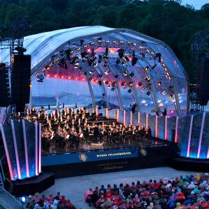 Wienin filharmonikot soittamassa Schönbrunnin palatsin puistossa 2014