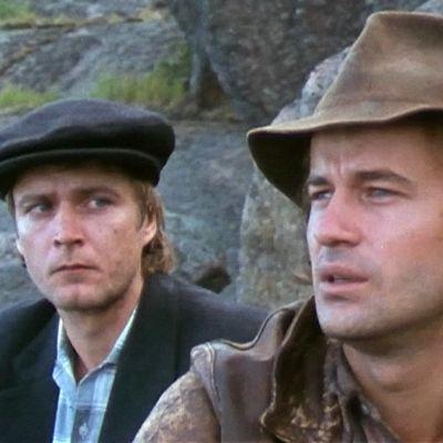 Renkonen ja Joel istuvat kallioilla Musta hurmio -elokuvassa.