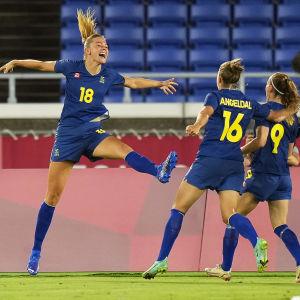 Fridolina Rolfö firar mål med lagkamrater.