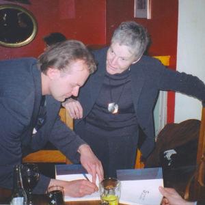 """Arno Kotron elämän käännekohta oli 12. maaliskuuta 2003 kun esikoisteos """"Sanovat sitä rakkaudeksi"""" julkaistiin. Kuvassa on Kotron tärkeä esikuva Märta Tikkanen, joka ilmestyi Kotron yllätykseksi julkaisutilaisuuteen."""