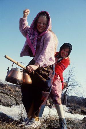 Pääsiäisnoidaksi pukeutuneita tyttöjä.