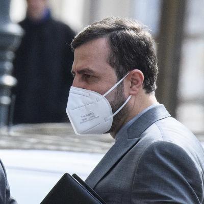 Kazem Gharib Abadi, Irans represenant i Internationella atomenergiorganet, lämnar sitt hotell i Wien inför förhandlingar om Iranavtalet den 6 april 2021.