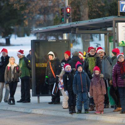 Ilman tonttulakkia bussia odottavat olivat selvässä vähemmistössä.