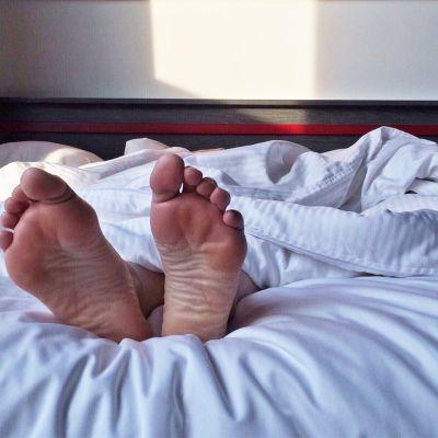 Jalat sängyssä.