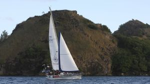 En segelbåt utanför en ö  med höga klippor. Karibien Saint Lucia