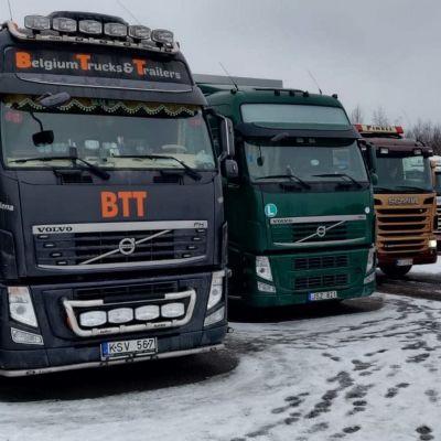 Bilar i Karleby som väntar på att bli lastade med blåräv för transport till Kina.
