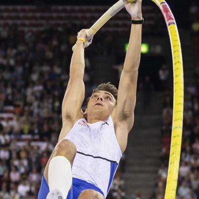 Armand Duplantis hoppar stav.