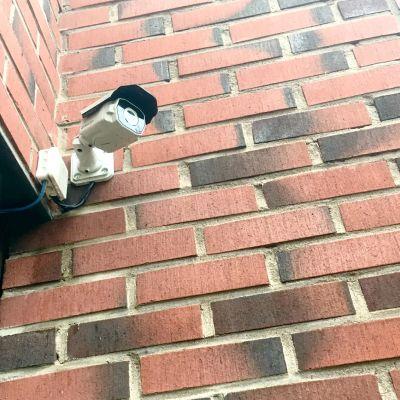 Valvontakamera Nokian ammattioppilaitoksen seinässä