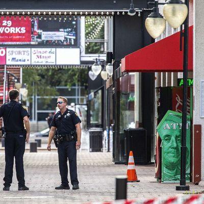 Poliiseja partioimassa ammuskelupaikan lähellä Jacksonvillessa sunnuntaina.
