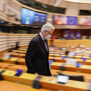 EU:n pääneuvottelija Michel Bernier poistuu istuntosalista Euroopan parlamentissa Brysselissä.
