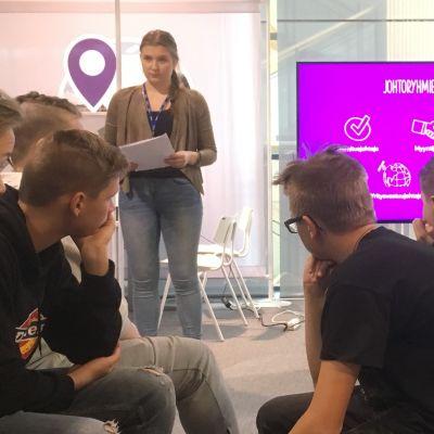 Ohjaajat selittävät tehtää nuorille Yrityskylässä Lahdessa