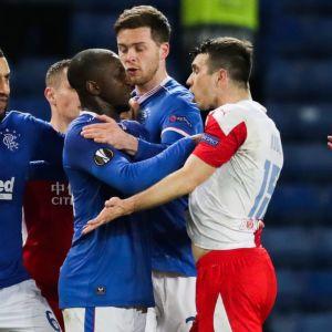 Glen Kamara och Ondrej Kudela i luven på varandra i matchen Rangers–Slavia Praha.