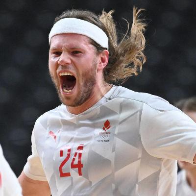 Mikkel Hansen jublar i OS i Tokyo.