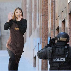 En gisslan ur kafépersonalen lyckas fly och tas om han av polisen.