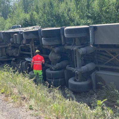 Torstaina 15.7.2021 Mikkelin lähellä säiliöauto suistui tieltä.