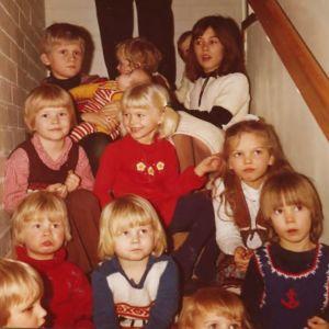 Pellavapäinen pikku-Tytti hymyilee Paarman suvun katraan keskellä 1970-luvun loppupuolella.