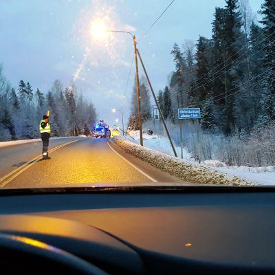 Poliisi ohjaa liikennettä onnettomuuspaikalla