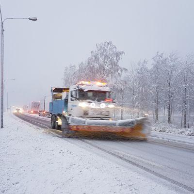 Aura-auto Ysitiellä lokakuun 26. päivän lumikaaoksessa.