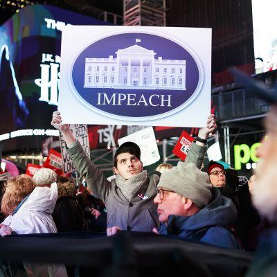 Virkarikosoikeudenkäyntiä vaativia mielenosoittajia New Yorkin Times Squarella 17. joulukuuta.