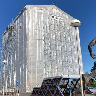 Ässätornina Kouvolassa tunnettu liikerakennus huputettuna julkisivuremonttia varten.