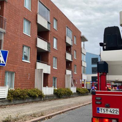 Oulussa Sellutiellä pelastuslaitos sammuttaa asuntopaloa