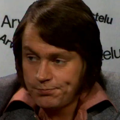 Hannu Karlsson kuuntelee musiikkia (1975).