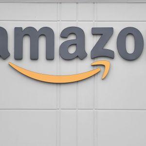 Amazonin logo jakelukeskuksen ulkoseinässä Yhdysvalloissa.