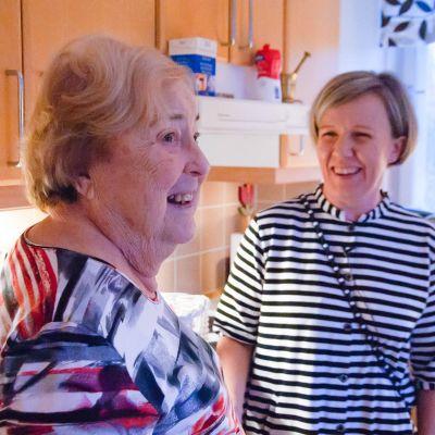 en gammal dam och en närvårdare i köket