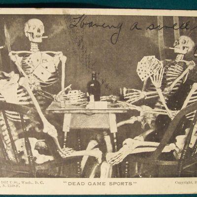 Postikortti, jossa luurangot pelaavat korttia ja polttavat savukkeita