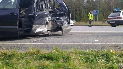 Atta skadade i bilolycka