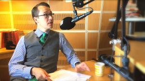 Carl Haglund funderar på om tiden räcker till för att dansa lite Macarena i studion