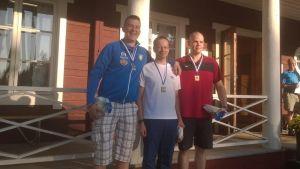 Joni Stenström, Juha Rutonen och Jaakko Björkbacka medaljtagarna i FM i gevär, liggande 50 meter.
