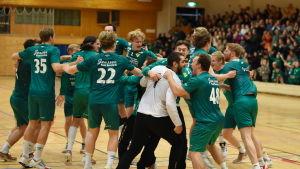 Miro Koljonens lag Fjellhammer IL firar en seger i norska division 1 i handboll.