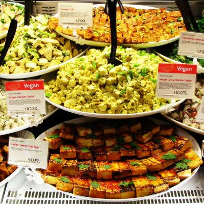 Serveringsfat med olika sorters tofu och sallader..