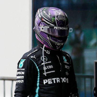 Lewis Hamilton traskar bakom Valtteri Bottas.