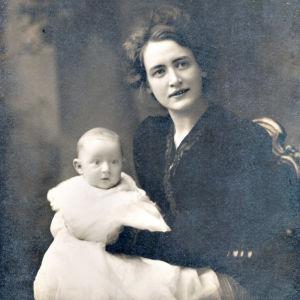 Victoria Heikel med sonen Armas i famnen.