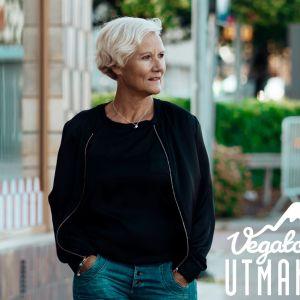 Den finlandssvenska artisten Patricia Bergroth vandrar längs med gatorn i Mariehamn