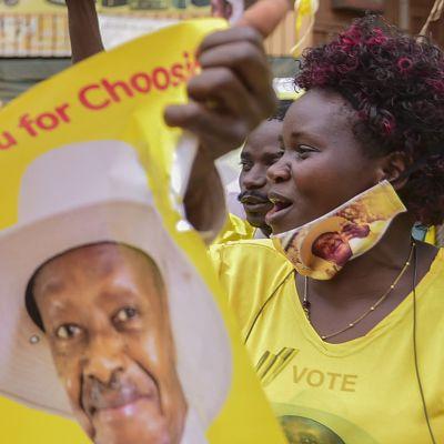 Ugandan istuvan presidentin Yoveri Musevenin kannattajat juhlivat tämän voittoa presidentinvaaleissa maan pääkaupungissa Kampalassa.